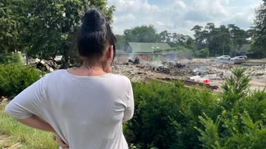 Chantal kijkt uit over de ravage (foto: Raymond Merkx).