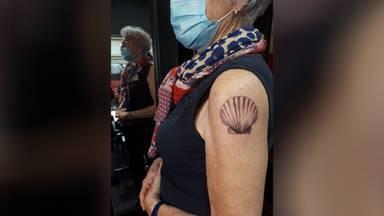Marianne (79) met haar tatoeage. Privéfoto.