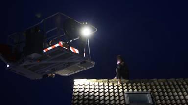 Vrouw van dak gered na hachelijke actie om eigen huis binnen te komen
