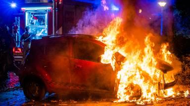 De auto was niet meer te redden door de brandweer (foto: Dave Hendriks/SQ Vision)