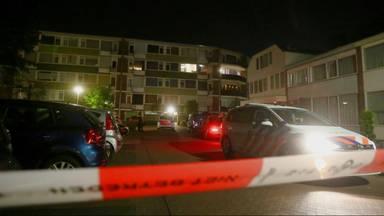 De politie doet onderzoek rond het huis in Rosmalen waar werd geschoten (foto: Bart Meeters).