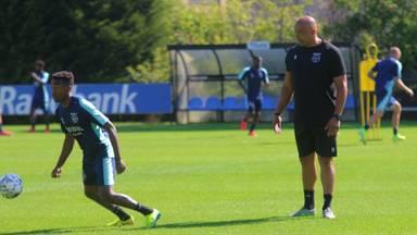Chima Onyeike kijkt toe tijdens de training van Willem II.