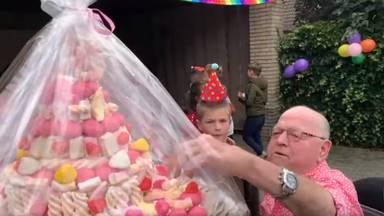 Jan de Spekjesman kreeg een grote spekjestaart (beeld: Mooi Laarbeek)