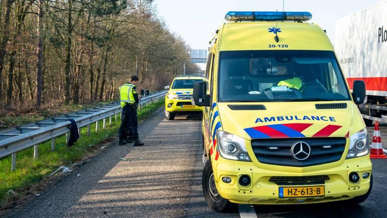 Vanwege het ongeluk op de A27 werd ook een ambulance opgeroepen (foto: Marcel van Dorst/SQ Vision).
