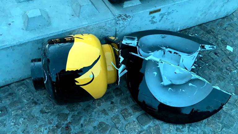 Het afgebroken hoofd van Hazes (foto: AT5).