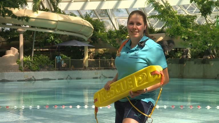Chrissy zorgt dat de waterkwaliteit in de Aqua Mundo op orde is.