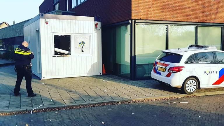 De politie doet onderzoek bij de vernielde sneltestlocatie in Beek en Donk (foto: Facebook politie Gemert-Bakel en Laarbeek).