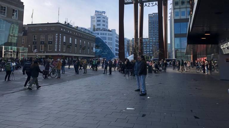 Drukte op het 18 Septemberplein in Eindhoven (foto: René van Hoof).