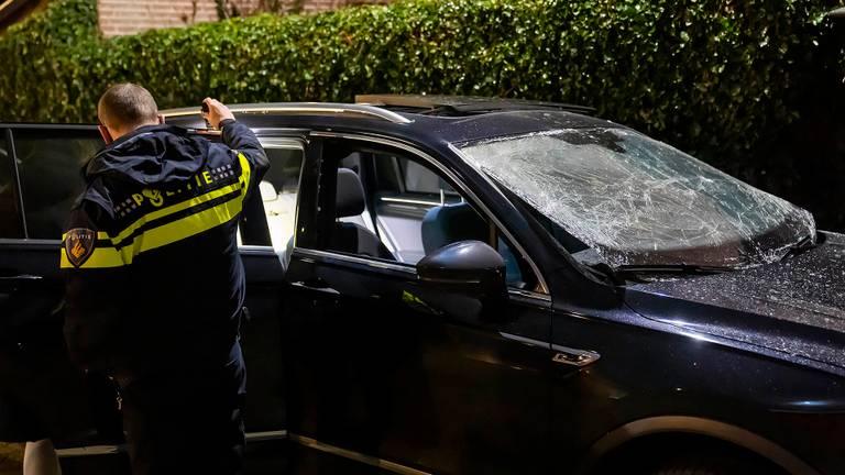 De politie doet onderzoek bij de auto in Oss waar de explosie plaatsvond (foto: Gabor Heeres/SQ Vision).