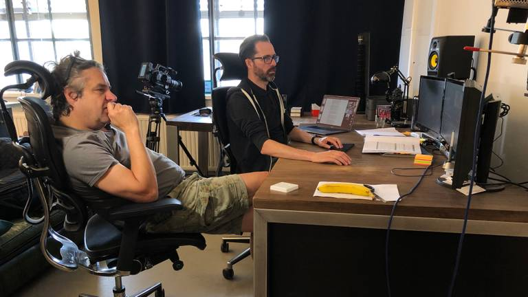 Frank Lammers is druk bezig met de montage van zijn coronafilm.