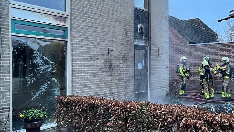 Ramen van enkele woningen zijn gesprongen door de brand. (foto: Bart Meesters / SQ Vision)