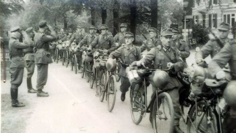 Duitse commandanten begroeten de troepen op 8 mei 1945 (foto:particuliere collectie)