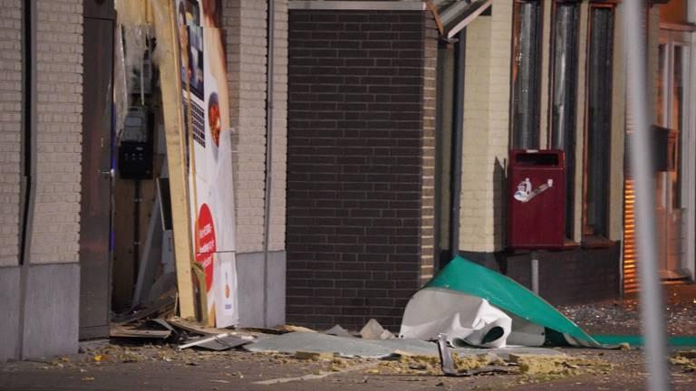 De schade na het opblazen van de geldautomaat in Kaatsheuvel (foto: Iwan van Dun/SQ Vision).