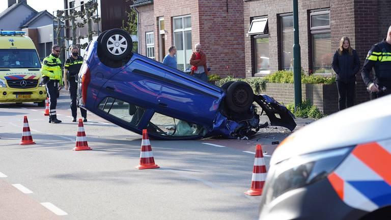De auto van de vrouw sloeg na het rammen van twee geparkeerde auto's over de kop (foto: Jeroen Stuve/SQ Vision).