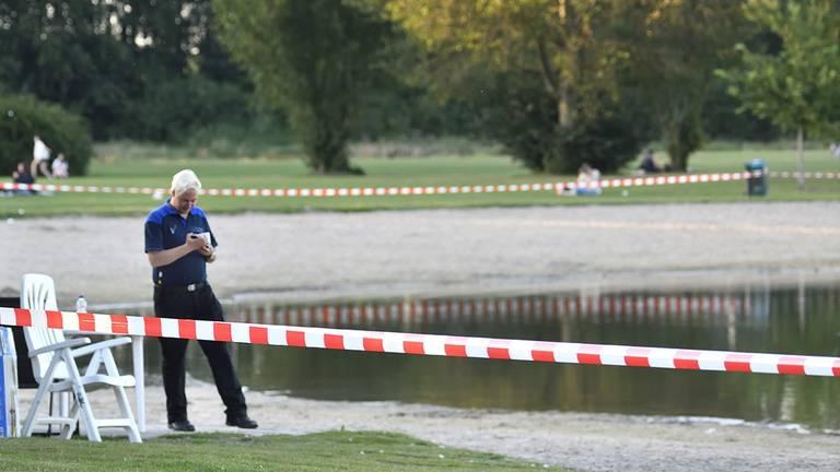 De Asterdplas is afgesloten, beveiligers houden eventuele zwemmers tegen. Foto: Erald van der Aa.