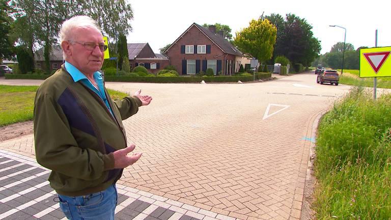 Gerard Verhoeven laat de verkeerssituatie voor zijn huis zien.