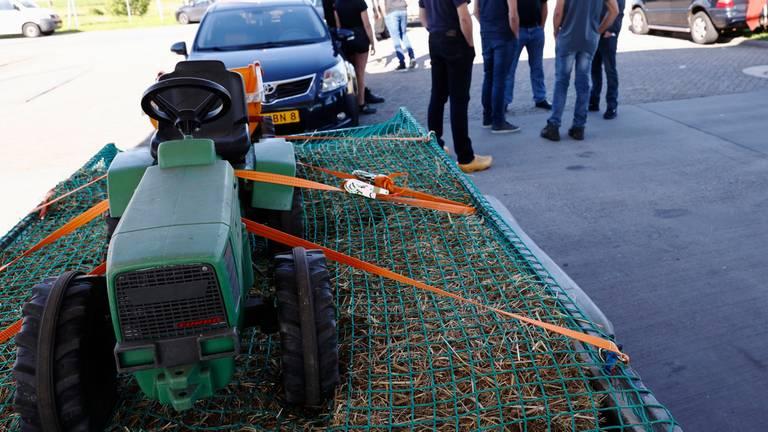 Tractoren mogen niet vandaag bij het protest, dus nemen boeren speelgoedtrekkers mee. (Foto: ANP / VINCENT JANNINK)