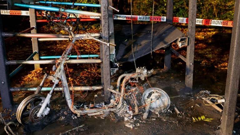 Een deelscooter werd uitgebrand teruggevonden bij een klimtoestel op een speelveldje (foto: Bart Meesters).