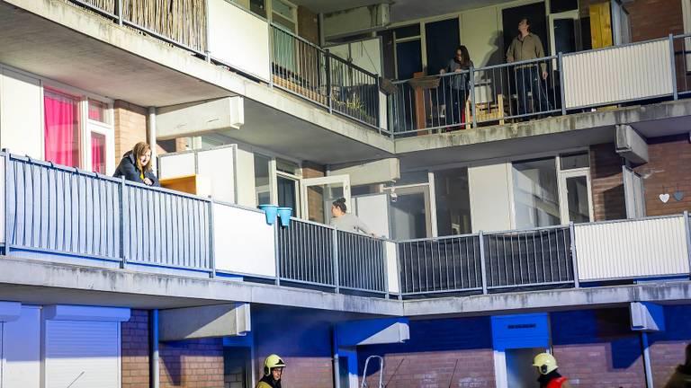 Bewoners van de flat in Oss kwamen midden in de nacht hun appartement uit (foto: Gabor Heeres/SQ Vision).