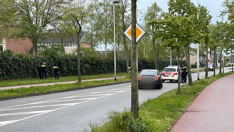 Aan de Heeklaan in Helmond hield de politie drie verdachten aan (foto: Harrie Grijseels / SQ Vision).