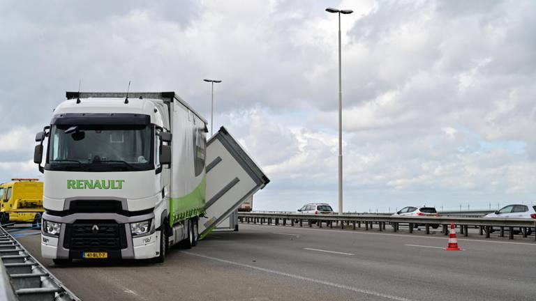 De vrachtwagen zorgt voor veel verkeershinder op de A16 (foto: Tom van der Put).