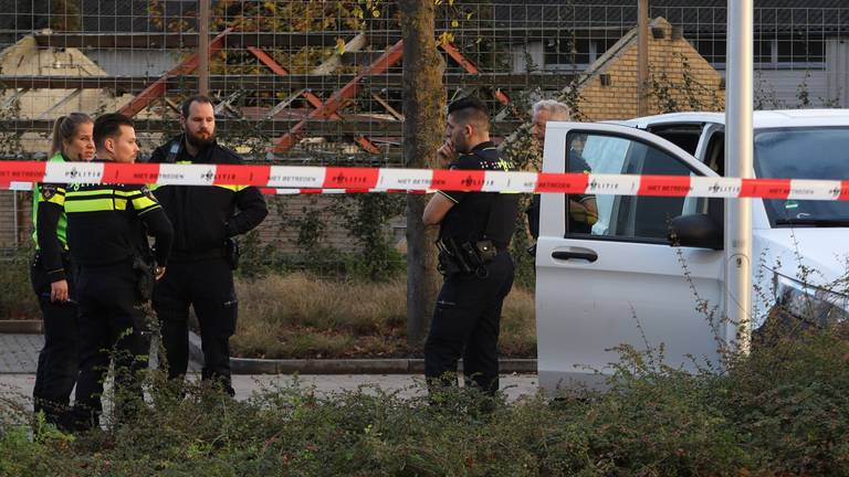 De politie in Uden na een waarschuwingsschot (foto: Marco van den Broek/SQ Vision)