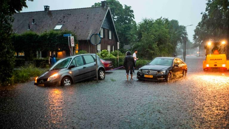 Automobilisten in de problemen vanwege het noodweer in Mierlo (foto: Dave Hendriks/SQ Vision).