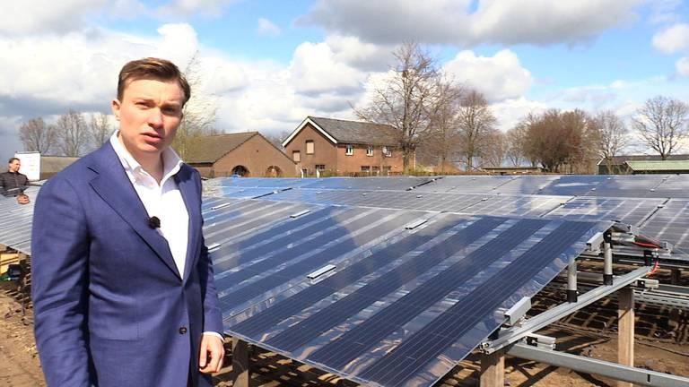 Initiatiefnemer Rogier Mul bij een verrijdbaar zonnepaneel.