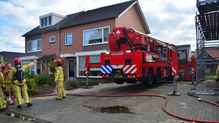 De brandweer bij de Rembrandt van Rijnstraat in Deurne (foto: Walter van Bussel/SQ Vision).