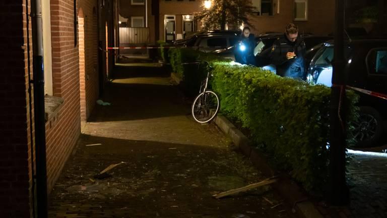 Onderzoek bij het huis na de explosie (foto: Iwan van Dun / SQ Vision).