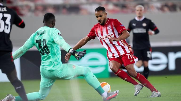Yvon Mvogo wordt gepasseerd door El Arabi (foto: OrangePictures).