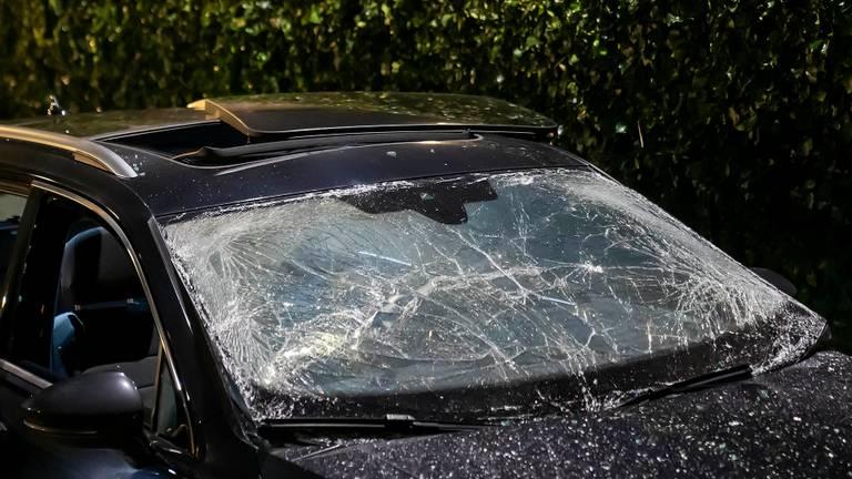 Het dakraam werd uit het dak van de auto in Oss geblazen, de voorruit raakte verbrijzeld (foto: Gabor Heeres/SQ Vision).