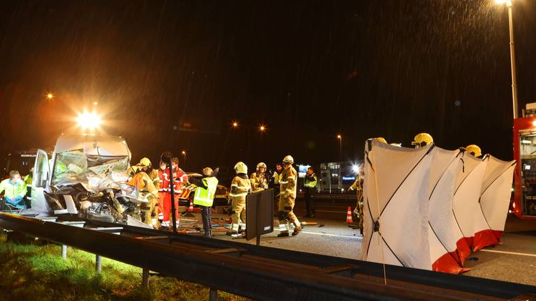 Vanwege het ongeluk op de A2 werden verschillende hulpdiensten opgeroepen (foto: Bart Meesters).