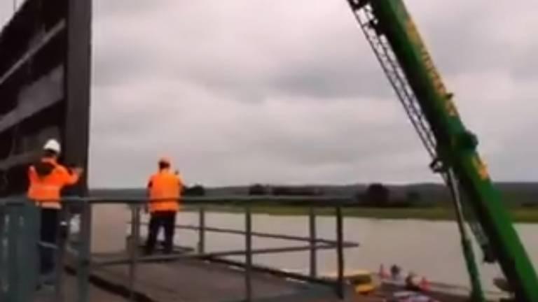 De opening in de Maaskade in Cuijk wordt gesloten (beeld: Twitteraccount van Waterschap Aa en Maas).