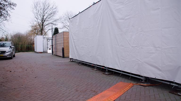 Twee koel-containers op de parkeerplaats.