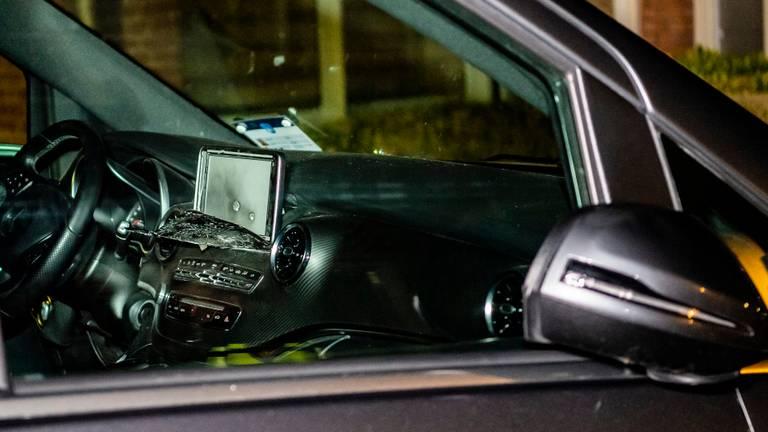 De passagier van de taxi schoot het dashboard van de taxi aan flarden (foto: Jack Brekelmans/SQ Vision)