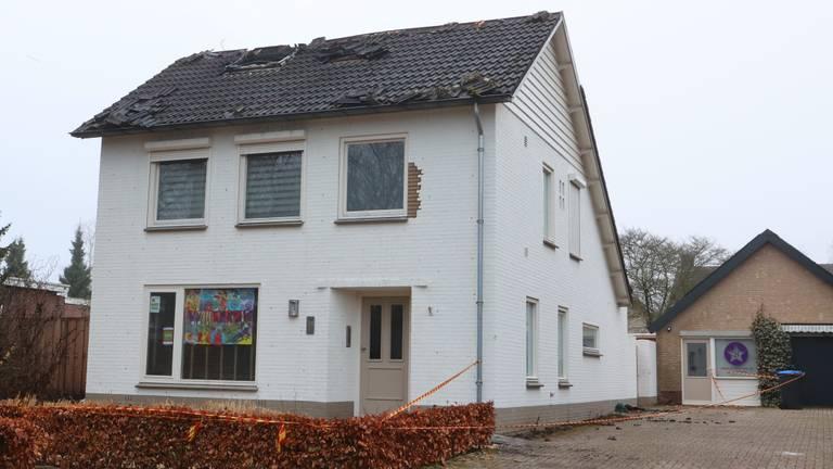 De ochtend na de brand is de schade aan het huis in Haaren goed te zien (foto: Bart Meesters).