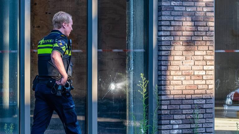 Een raam sneuvelde bij de schietpartij. Foto: Johan Brekelmans/SQ Vision