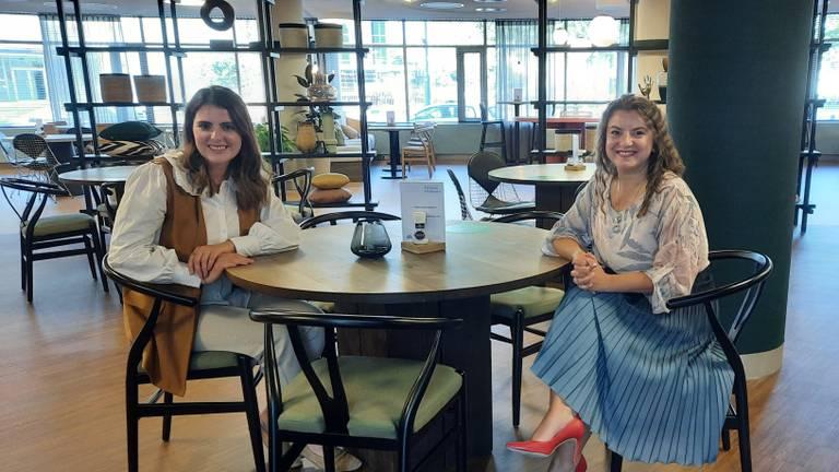 Andreia bij haar nieuwe baan samen met ambassadeur Mirela