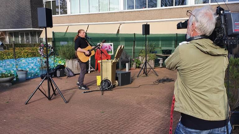 Maarten tijdens een optreden bij zorgcentrum Liduina in Boxtel