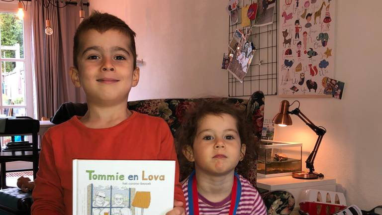 Tommie en Lova met het boekje van hun opa.