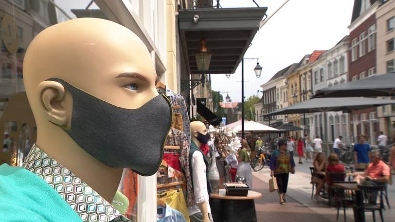 Verkopers van mondkapjes in Den Bosch merken meer klandizie.