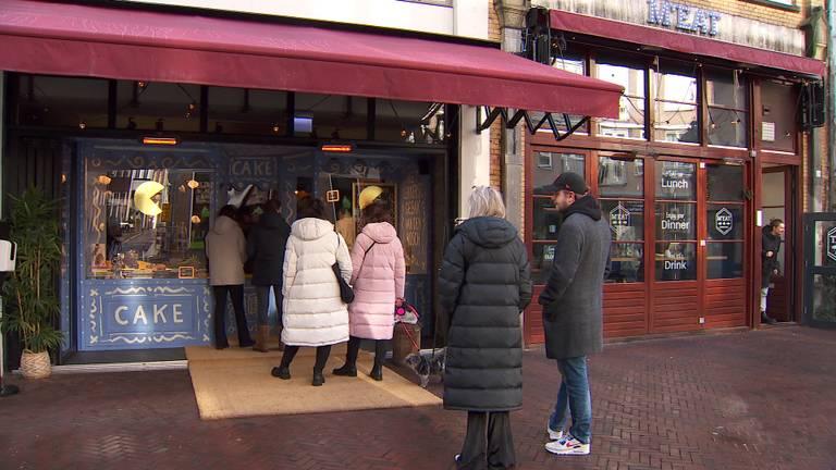Iedere dag staat er een rij voor de taartenwinkel.