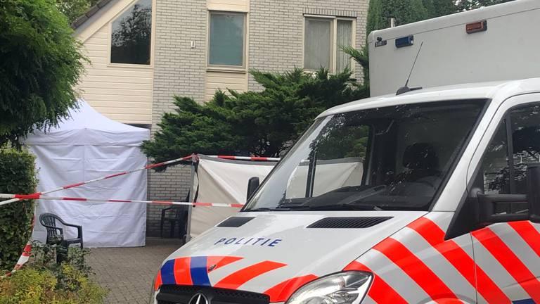 Onderzoek bij het huis waar de dode man werd gevonden (foto: Omroep Brabant).