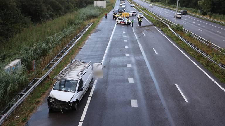 De bestelbus is zwaar beschadigd na het ongeluk op de A59 (foto: Bart Meesters)