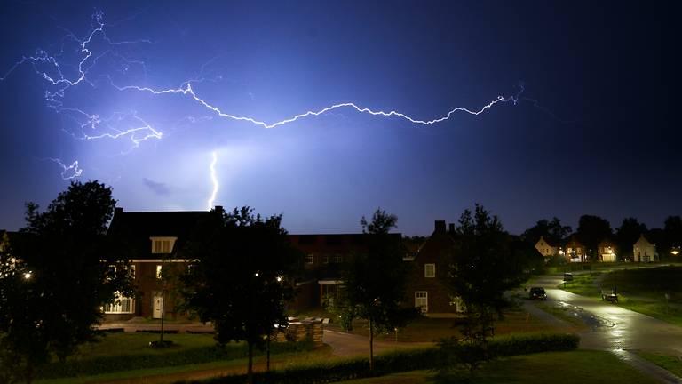 De bliksem boven Beek en Donk (foto: Rob van Kaathoven).