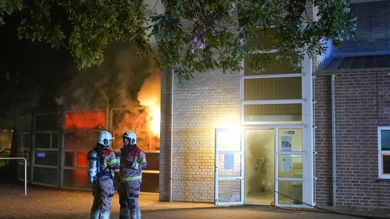 De brandweer bij het schoolgebouw in Oss (foto: Gabor Heeres/SQ Vision).