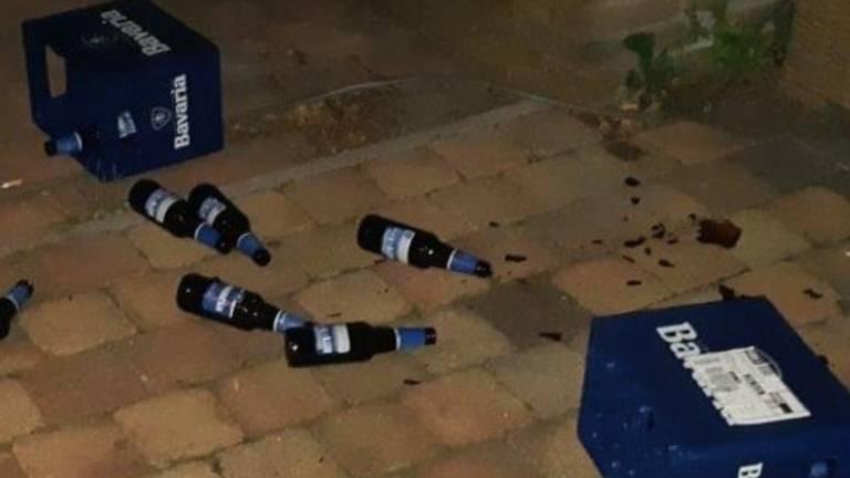 De buurvrouw raakte gewond door de bierkratjes (foto: Facebook politie Oss).