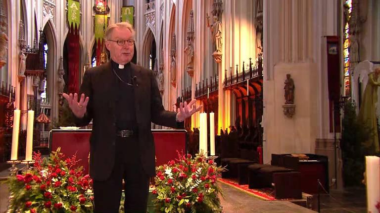 Bisschop De Korte maakt zich op voor de nachtmis in een lege Sint-Jan.