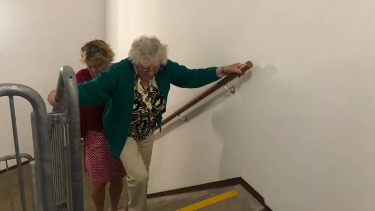 Marion helpt haar moeder de trappen op